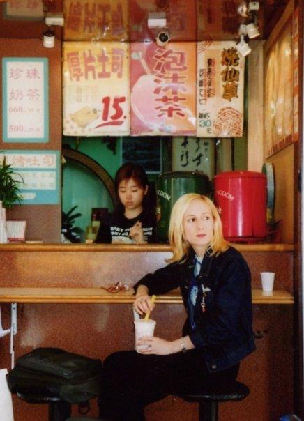 Moi, dans un petit café de Taipei, en 2002 (photo qui s'est retrouvée sur la couverture de mon récit Cartes postales d'Asie)