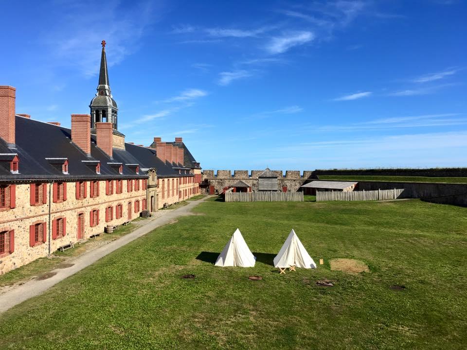 C'est dans ces tentes que ma famille et la famille de ma soeur avons dormi l'été dernier, au Lieu historique national de la Forteresse-de-Louisbourg, en Nouvelle-Écosse