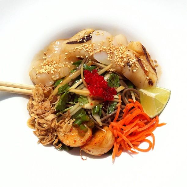 Gros pétoncles grillés, nouilles soba, herbes d'Asie et sauce ponzu (création du chef François Côté pour L'été des chefs 2012)