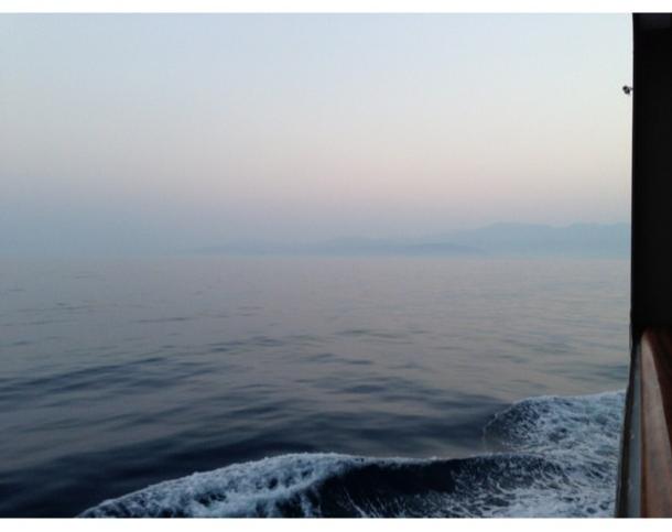 Après deux jours de vent, la mer était beaucoup plus calme alors que le soleil se levait près des bouches de Kotor, au Monténégro.