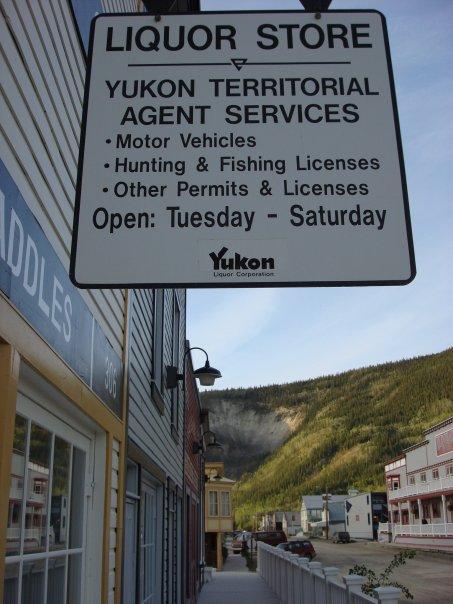 Photo prise en 2008. Un permis de pêche et une bouteille de Whisky? Une seule adresse!