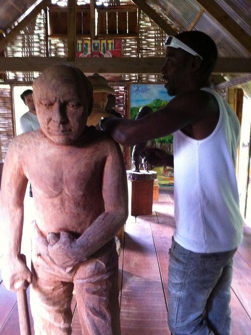 Sculpture qui représente le colon tout-puissant, qui avait le droit de violer ses esclaves quand bon lui semblait.