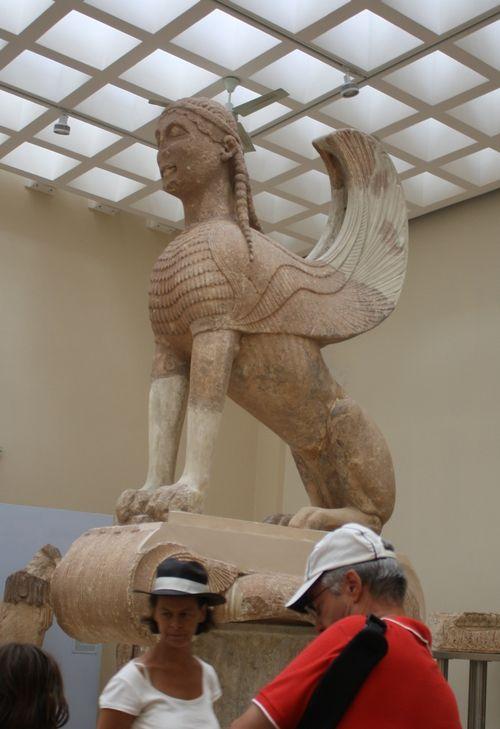 Dans la mythologie grecque, le sphynx est un «monstre ailé, à corps de lion et à tête et poitrine de femme, qui tuait les personnes qui ne trouvaient pas la solution à l'énigme qu'il leur posait.» (Source: Antidote)
