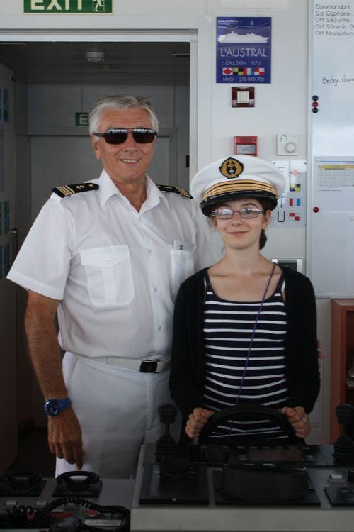 Mathilde Rivière, 13 ans, pose en compagnie du commandant