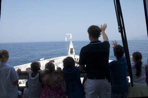 Le directeur de croisière, Frédéric Jensen, en train d'expliquer certains rudiments de navigation aux enfants
