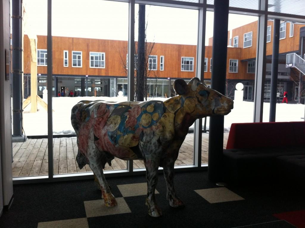 Cette vache canadienne en format réel, qui se trouve dans l'une des pièces communes, a été peinte par l'artiste Jimmy Perron, de l'Isle-aux-Coudres, lors du festival de peinture Rêves d'automne