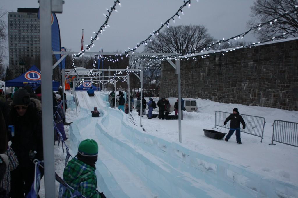 La glissade de glace mesure 120 mètres de long!