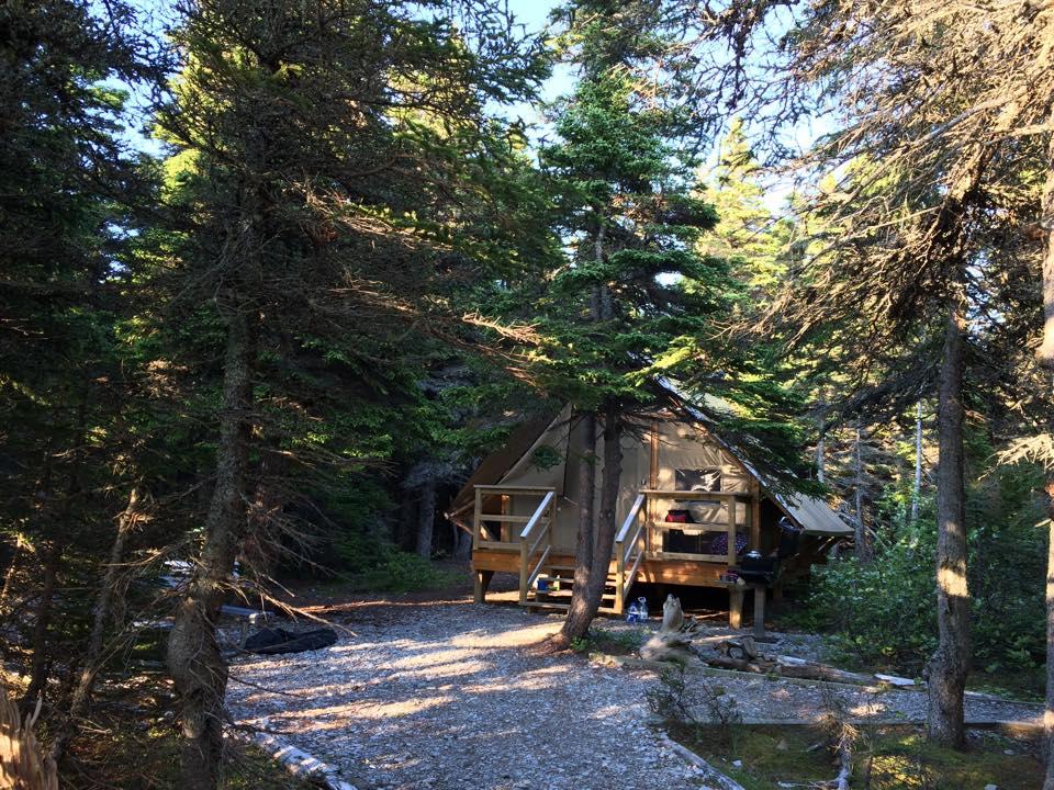 La tente oTENTik est chauffée et équipée de l'essentiel. C'est la formule «prêt-à-camper» de Parcs Canada.