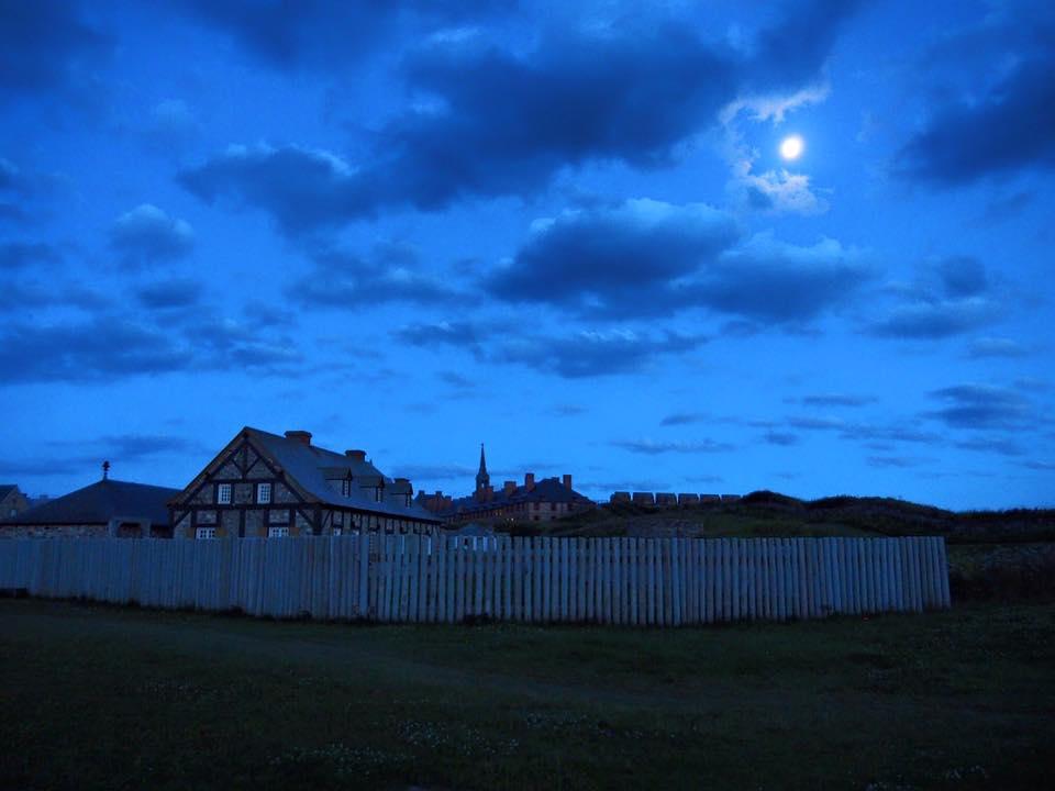 Promenade nocturne dans la Forteresse-de-Louisbourg, sur l'île du Cap-Breton, en Nouvelle-Écosse